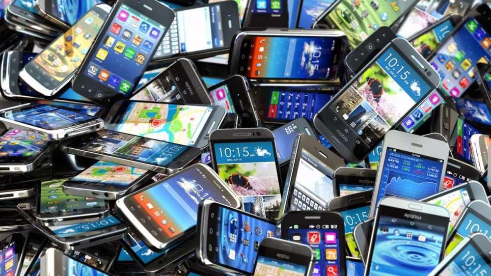 20151113074620_01-smartphones_pile